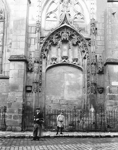 Eglise Saint-Aspais Portail condamné, Louzier (photographe),