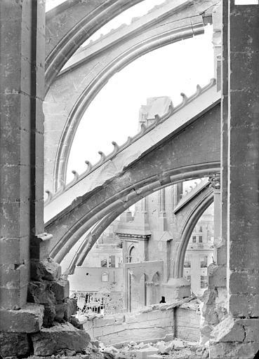 Cathédrale Notre-Dame Chevet, côté sud : arcs-boutants vus de la baie ouverte de la tour est du transept, Sainsaulieu, Max (photographe),