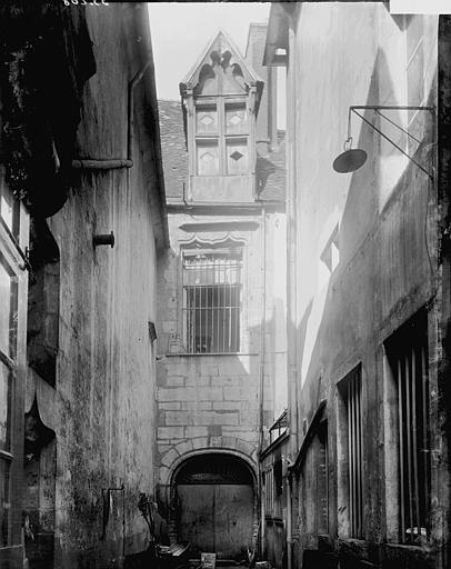 Maisons Cour, Enlart, Camille (historien),