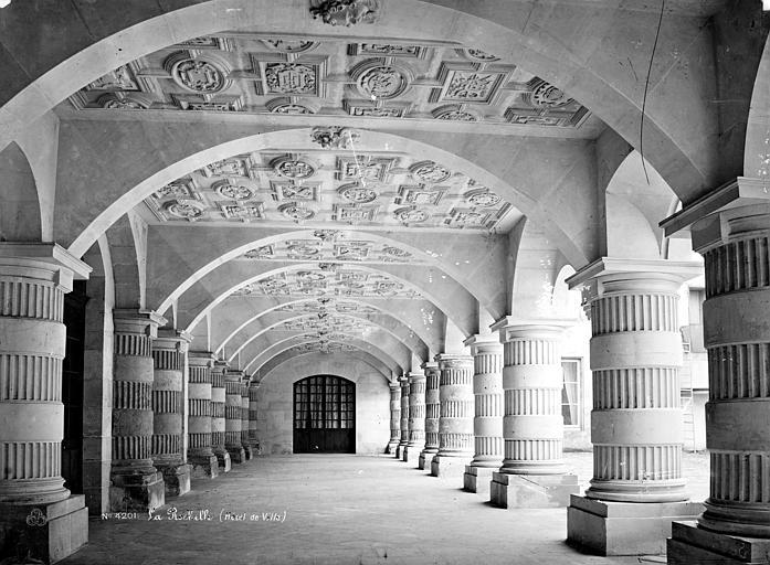 Hôtel de Ville Cour intérieure : Vue intérieure de la galerie d'arcades du rez-de-chaussée, Mieusement, Médéric (photographe),