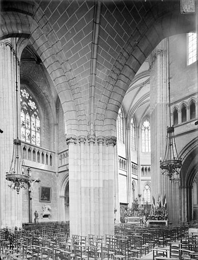 Cathédrale Saint-Bénigne Vue intérieure du bas-côté et du transept sud, vers le nord-est, Heuzé, Henri (photographe),