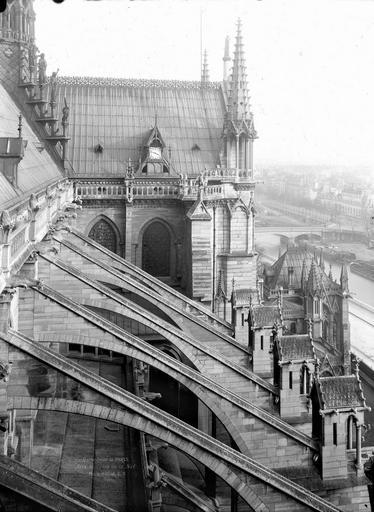 Cathédrale Notre-Dame Arcs-boutants de la nef et partie supérieure du transept au nord, Durand, Eugène (photographe),