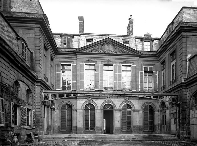 Hôtel de la Guiche Cour intérieure, Durand, Eugène (photographe),