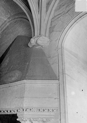 Château Donjon : Partie supérieure de la cheminée et console sculptées, Vorin,