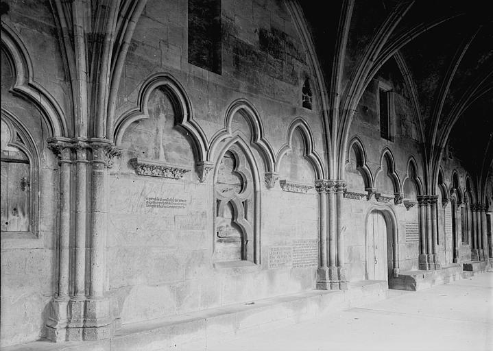 Eglise Saint-Etienne Cloître: arcatures contre le mur d'une galerie, Enlart, Camille (historien),