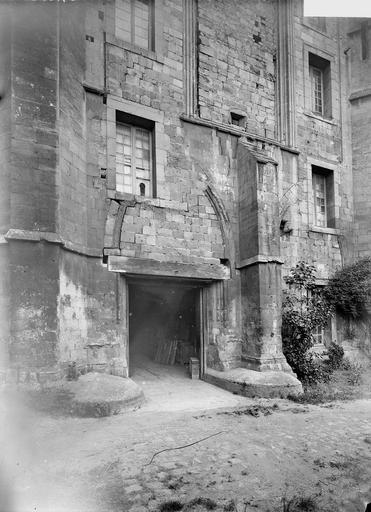 Abbaye aux Hommes (ancienne) Salle des Gardes, façade principale, partie inférieure, Service photographique,