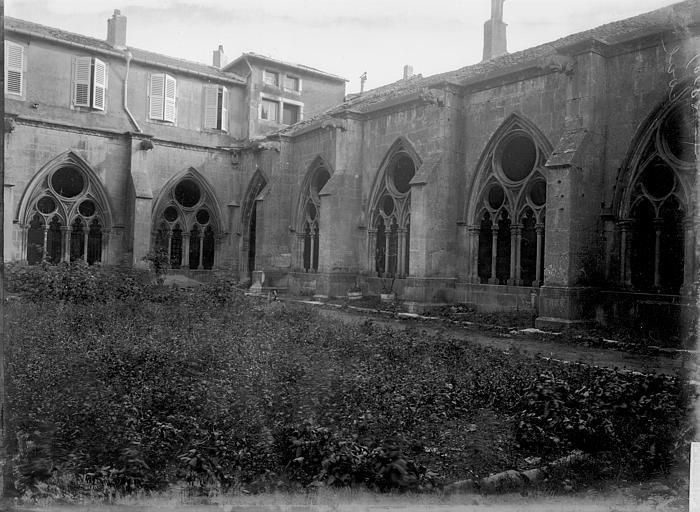 Eglise Saint-Etienne Cloître: cour, Enlart, Camille (historien),