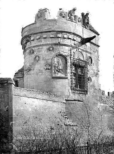 Maison dite des Gens d'Armes Tour vue depuis la route, Mieusement, Médéric (photographe),