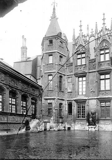 Hôtel de Bourgtheroulde Cour, Enlart, Camille (historien),
