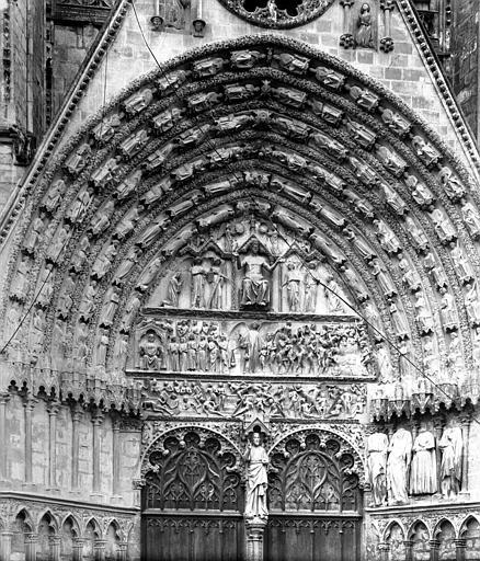 Cathédrale Saint-Etienne Portail central de la façade ouest. Tympan et voussures : Le Jugement dernier, Durand, Jean-Eugène (photographe),