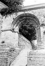 Arc de passage Escalier passant sous l'arc, Enlart, Camille (historien),