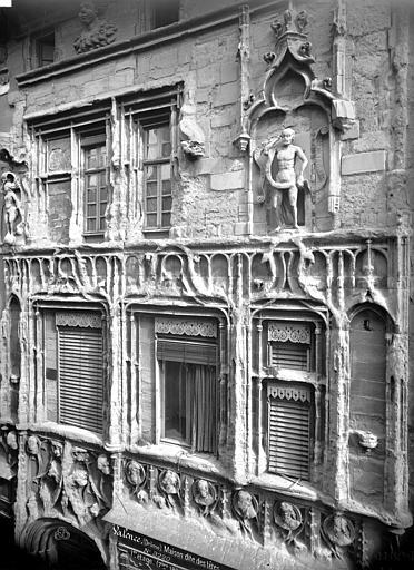 Maison des Têtes Façade sur rue : fenêtres des étages, Mieusement, Médéric (photographe),