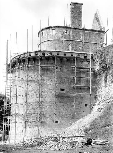 Château Tour Raoul, côté est : Restauration du bas des remparts, Durand, Jean-Eugène (photographe),