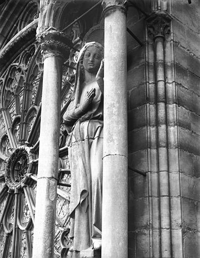 Cathédrale Notre-Dame Statue de la Vierge, près de la rose du grand portail, Lajoie, Abel,