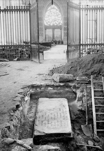 Cathédrale Notre-Dame Pierre tombale de l'archevêque Gervais découverte le 11 août 1919, à 0,34 mètre en contrebas du sol du choeur, Verneau, G.,