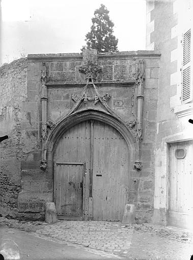 Maison Portail du 15ème siècle sur la rue, Gossin (photographe),