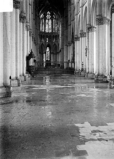 Cathédrale Notre-Dame Vue intérieure de la nef, inondée par les pluies après les bombardements de juillet 1916, Sainsaulieu, Max (photographe),