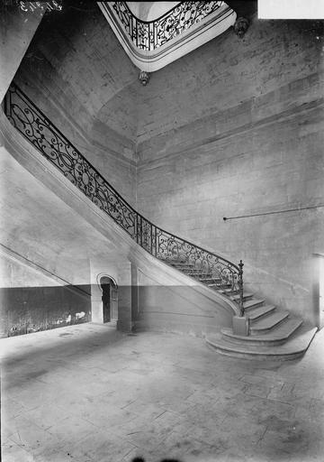 Abbaye aux Hommes (ancienne) Départ de rampe de l'escalier de la sacristie, Service photographique,
