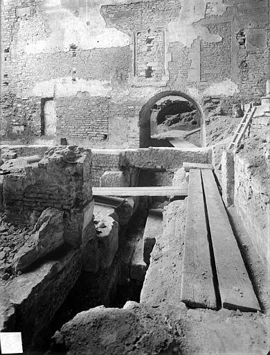 Eglise Saint-Etienne (ancienne) Vue intérieure du choeur et fouilles du rempart, Heuzé, Henri (photographe),