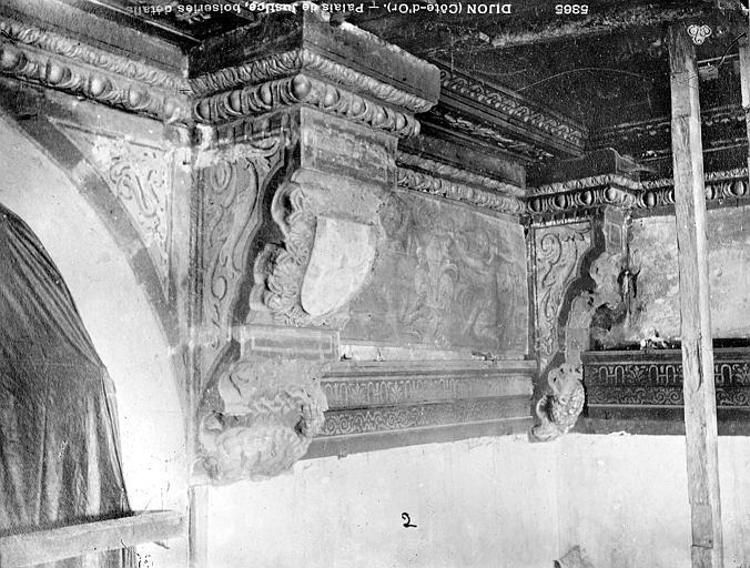 Palais de Justice Boiseries de plafond : Corbeaux, Bourgogne, L. (photographe),
