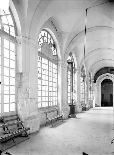 Abbaye Sainte-Marie-Majeure (ancienne), hôpital civil Cloître - Vue intérieure d'une galerie : Pilier endommagé, Queste, P. photographe),