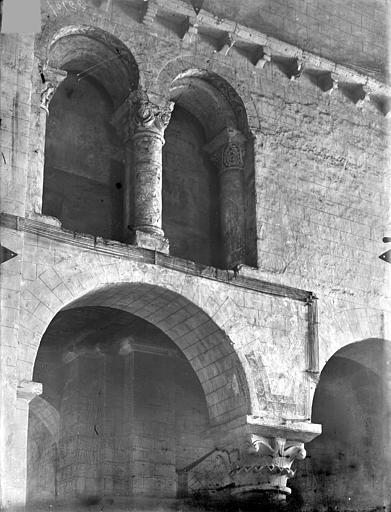Eglise Saint-Hilaire-le-Grand Vue intérieure du transept : Arcades géminées du triforium, Gossin (photographe),