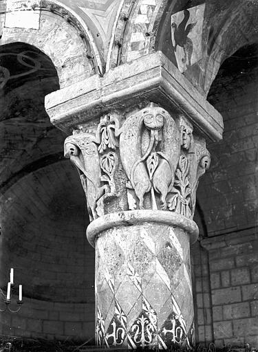 Eglise Sainte-Radegonde Chapiteau du choeur : Quadrupèdes cabrés, Gossin (photographe),