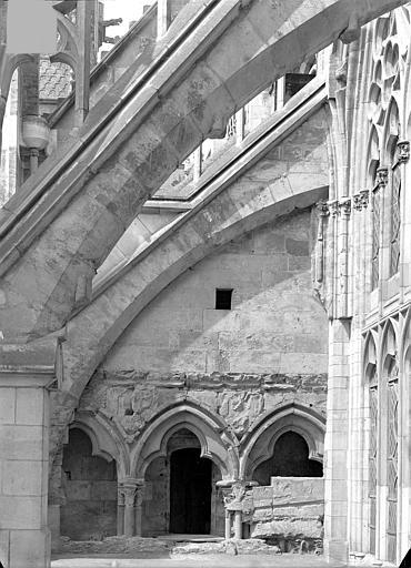 Cathédrale Saint-Cyr Façade sud : Arcs-boutants de l'abside et traces du triforium du transept, Heuzé, Henri (photographe),