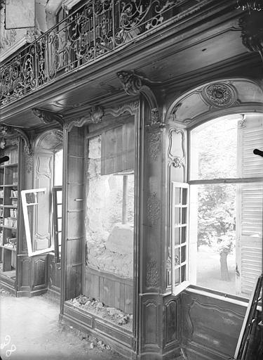 Abbaye Sainte-Marie-Majeure (ancienne), hôpital civil Bibliothèque (au 1er étage de l'aile est du cloître) : Fenêtres, boisieries et balcon, Queste, P. photographe),