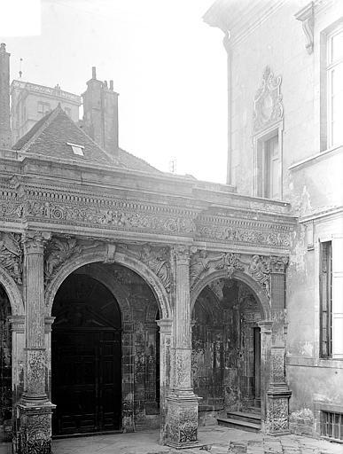 Hôtel de Vogüé Cour intérieure : Arcades du porche, Gossin (photographe),