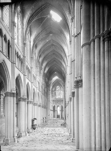 Cathédrale Notre-Dame Vue intérieure de la nef, vers le choeur, Sainsaulieu, Max (photographe),