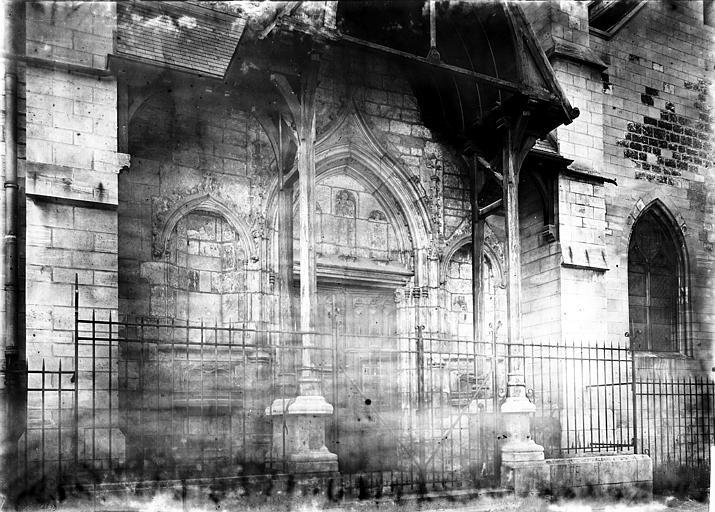 Eglise Saint-Rémy Façade ouest: petit portail du XVe abrité sous un portique en bois, Enlart, Camille (historien),