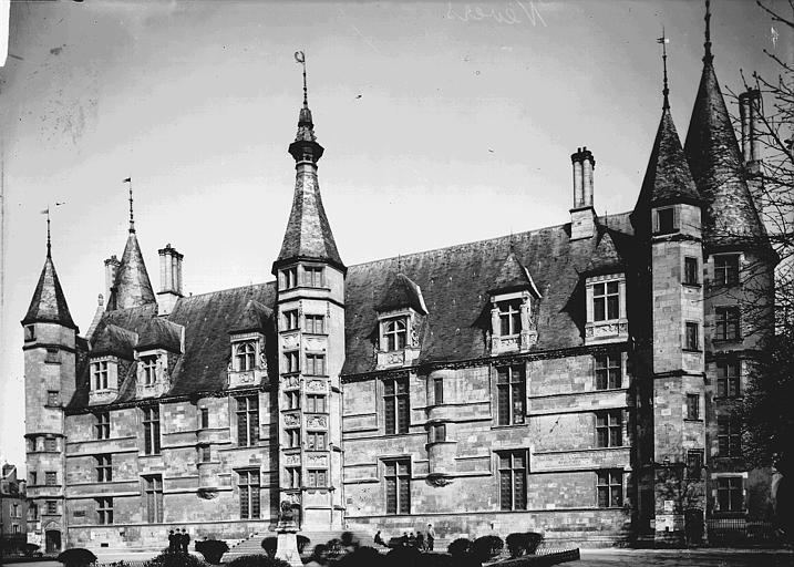 Palais Ducal (ancien) Façade : ensemble, Enlart, Camille (historien),