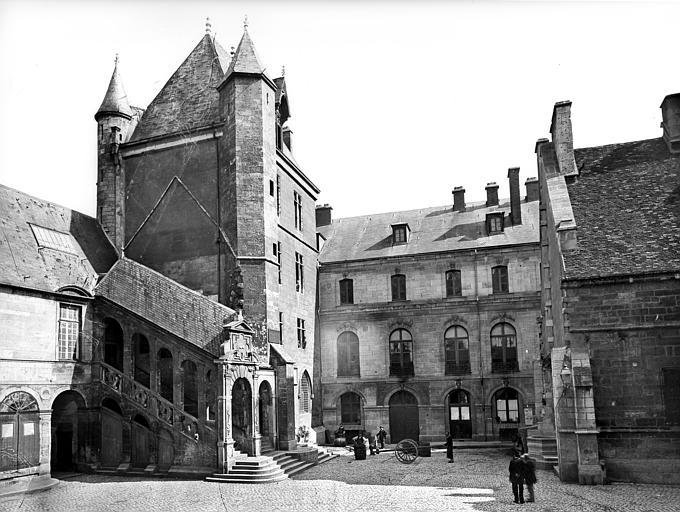 Palais des Ducs et des Etats de Bourgogne (ancien) ; Hôtel de Ville Cour de Bar : Vue d'ensemble, Delaunay (photographe),