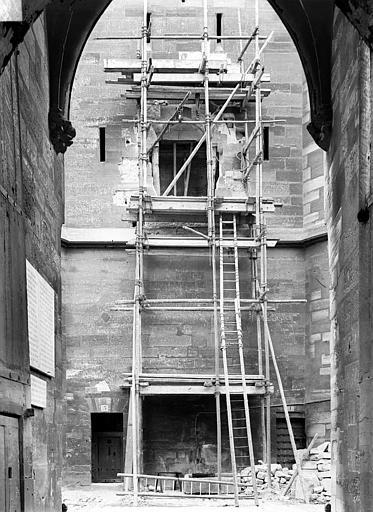 Château Donjon : Partie inférieure de la façade est, prise sous le châtelet, Durand, Jean-Eugène (photographe),
