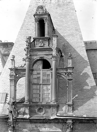 Hôtel d'Escoville (ancien) Cour d'honneur, côté nord : Lucarne, Durand, Jean-Eugène (photographe),