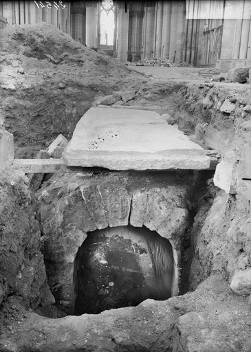 Cathédrale Notre-Dame Ouverture du caveau de l'archevêque Gervais, caveau et voûte, Verneau, G.,