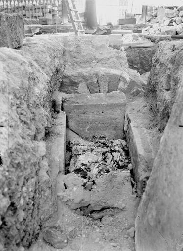Cathédrale Notre-Dame Ouverture de la tombe de l'archevêque Raynauld du Bellay, le 26 septembre 1919, Verneau, G.,