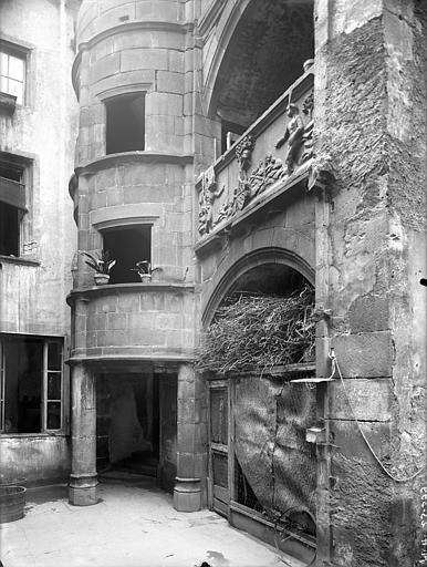 Maison dite d'Adam et Eve Cour intérieure : Tourelle d'escalier et galerie, Jarron (photographe),