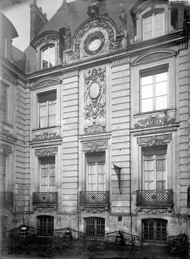 Hôtel d'Aumont Façade est, sur la cour, Durand, Eugène (photographe),