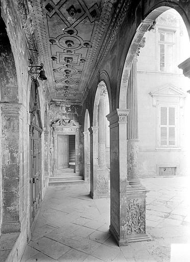 Hôtel de Vogüé Cour intérieure : Vue intérieure de la galerie du porche, Gossin (photographe),