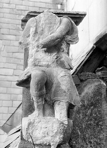 Hôtel d'Escoville (ancien) Façade sud sur la cour : statue mutilée, Durand, Jean-Eugène (photographe),