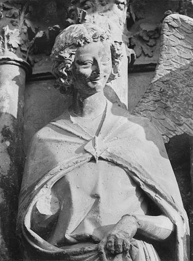 Cathédrale Notre-Dame Portail central de la façade ouest. Ebrasement droit : Groupe de l'Annonciation, tête de l'ange, Sainsaulieu, Max (photographe),