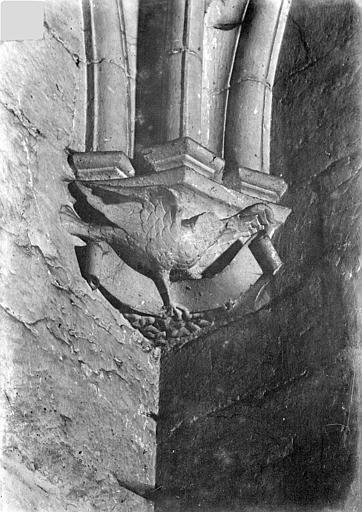 Château Donjon. Console sculptée : Oiseau, Vorin,