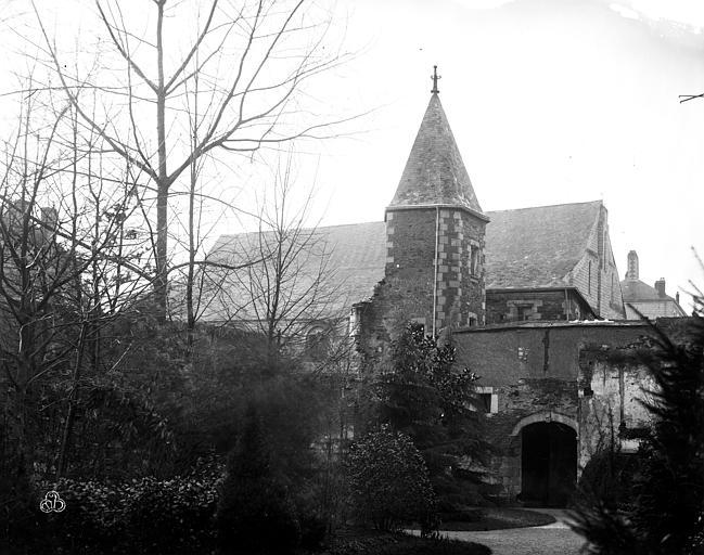 Hôtel-Dieu (ancien hôpital Saint-Jean) Ensemble ouest : Entrée, tourelle du cloître et ancienne salle des Malades, Berthault (photographe),