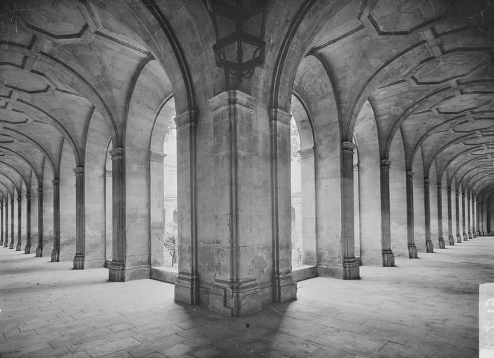 Abbaye aux Hommes (ancienne) Cloître, intérieur des galeries, vue d'angle, Service photographique,