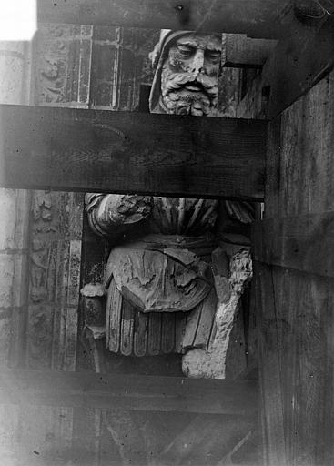 Cathédrale Saint-Maurice Façade ouest, statues de la partie supérieure représentant saint Maurice et ses compagnons en costume militaire du 16e siècle : 1e statue, Vorin,