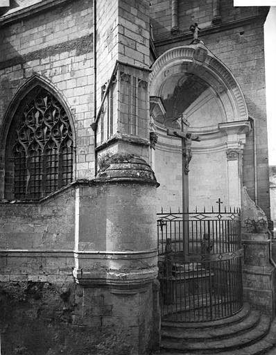 Cathédrale Saint-Maurice Façade nord : Fenêtre, contrefort et calvaire situé dans une niche, ,