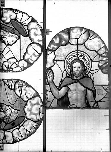 Eglise Saint-Patrice Vitrail, fenêtre au fond du choeur, la Crucifixion, lancette médiane, premier panneau, Heuzé, Henri (photographe),