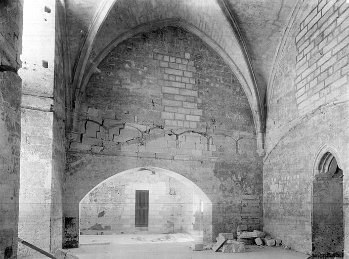 Palais des Papes Chapelle de Clément VI : Vue intérieure de la sacristie, côté nord. Passage vers la tour de la Garde-Robe, Durand, Jean-Eugène (photographe),